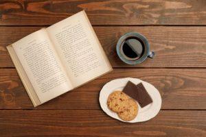 カフェで読書する