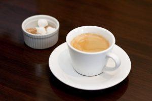 カフェコーヒーと角砂糖